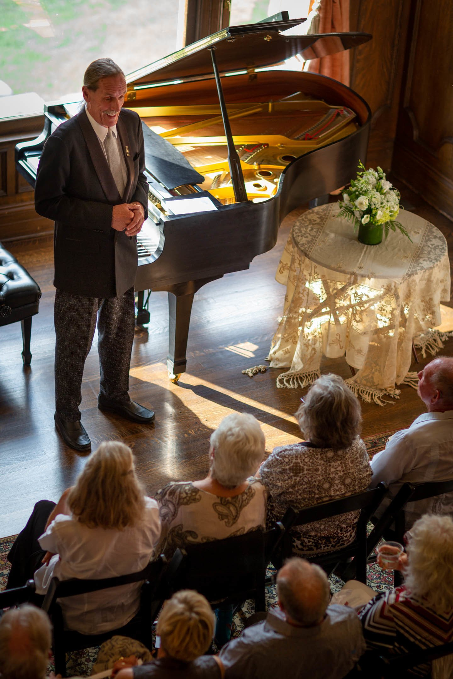 Th e late Robin Sutherland addresses an intimate audience for an August 2019 concert at the Redstone Castle. Photo by Klaus Klocher